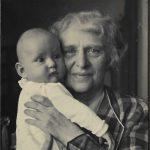 23 Conelia bei Oma Alice auf dem Arm